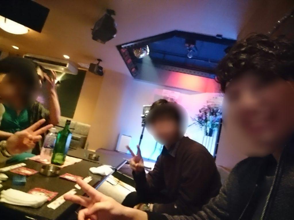 おかまバー「じょっぱりボーイ」の中で3人で記念撮影