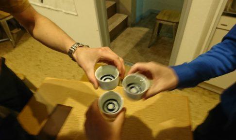 陰キャ3人で乾杯する様子