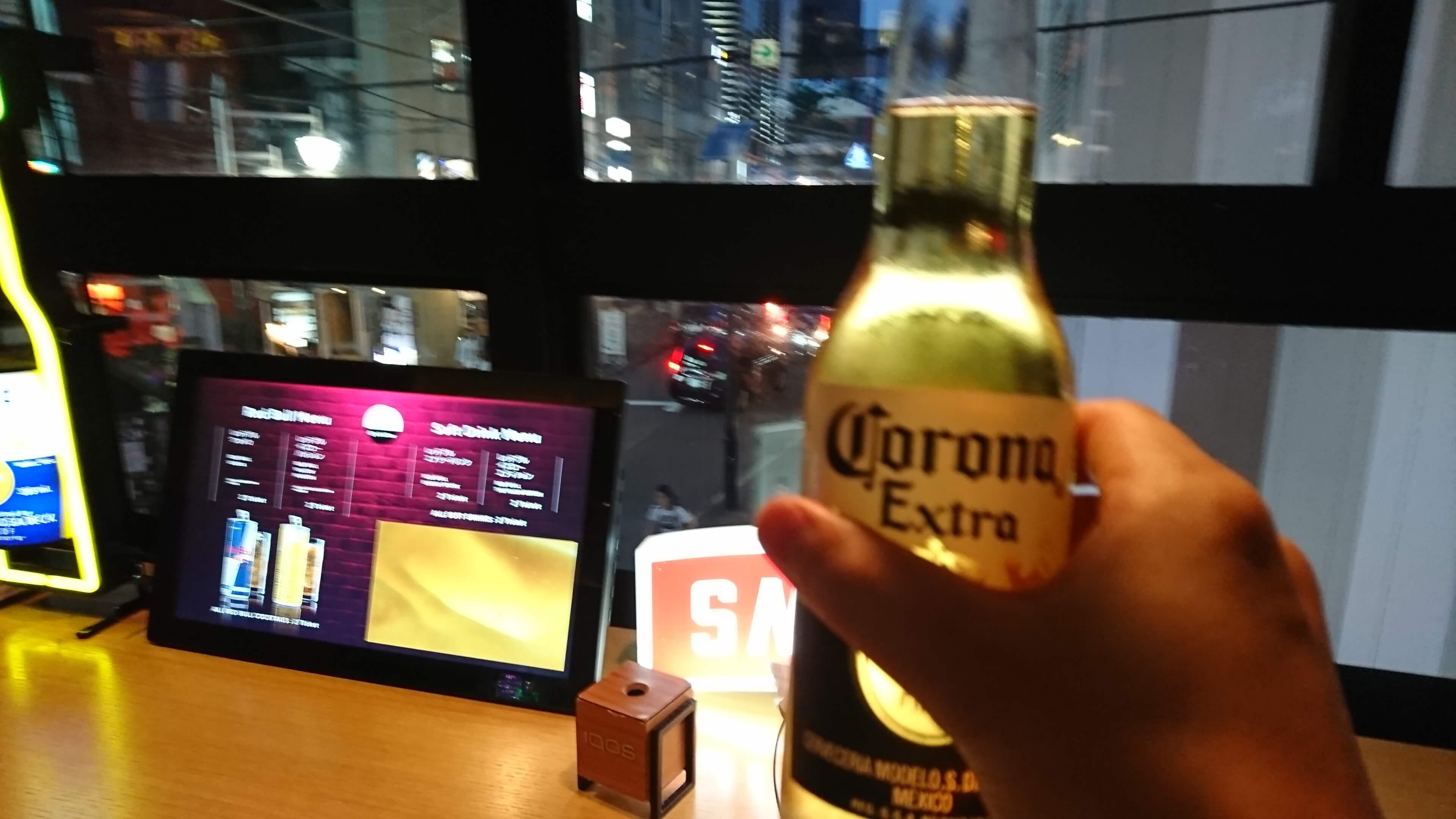 タップルバーで1チケットで購入したコロナビールで乾杯